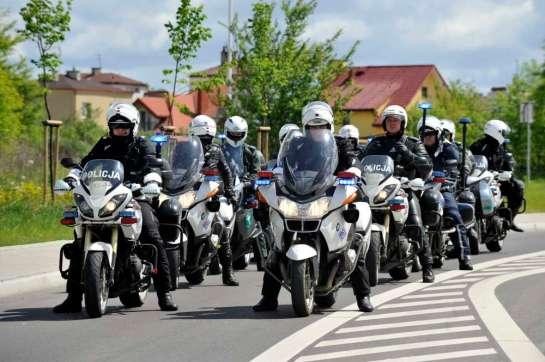policjanci na motorach